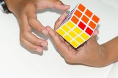 Mobil kub för Rubik ` s på en vit bakgrund med sakkunskap Och H royaltyfria bilder