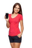Mobil mobiltelefon för kvinnavisning med den svarta skärmen Fotografering för Bildbyråer