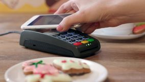 Mobil NFC-betalning för beställning i kafé Kund som betalar till och med mobiltelefonen lager videofilmer