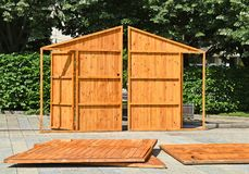 Mobil returnerar wood paneler som är klara att bygga tillsammans Arkivfoton