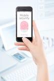 Mobil scanning för säkerhetssmartphonefingeravtryck Arkivfoto