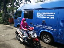 mobil service f?r framst?llning av ett childsidentitetskort, Jakarta, Indonesien April 2 2019 royaltyfri fotografi