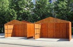Mobil si dirige i pannelli di legno pronti a costruire insieme immagine stock