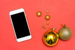 Mobil skärm för smart telefon på den röda skärmen för modell i jultid Julpynt i bakgrund Arkivfoton