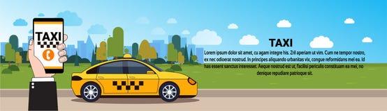 Mobil Smart för innehav för taxiservicehand telefon med online-beställning App över den gula taxibilen på väghorisontalbaner royaltyfri illustrationer