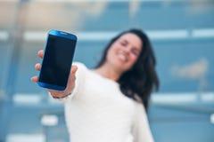 Mobil smartphone för Closeup i hand av kvinnan Royaltyfria Foton