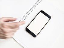 Mobil Smartphone modell med den suddiga handen Arkivbild