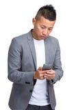 mobil telefon för affärsman genom att använda barn Fotografering för Bildbyråer