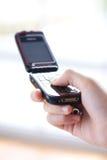 mobil telefon för hand som texting Arkivbilder