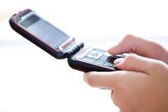 mobil telefon för hand som texting Royaltyfria Foton