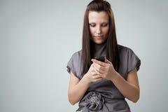 mobil telefon genom att använda kvinnan Royaltyfri Bild