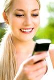 mobil telefon genom att använda kvinnan Royaltyfri Fotografi