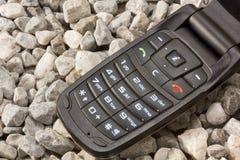 Mobil telefon på gruset Royaltyfri Bild