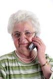 mobil telefonpensionärkvinna Arkivfoto