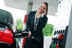 mobil telefonstation för gas som talar till kvinnan Royaltyfri Bild