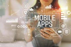 Mobila apps med kvinnan som använder en smartphone arkivfoton