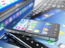 Mobila enheter. Bärbar dator, minnestavlaPC och mobiltelefon. Arkivbild