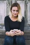 mobila telefonkvinnor Arkivfoto
