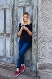 mobila telefonkvinnor Fotografering för Bildbyråer