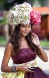 mobila unga telefonkvinnor för blomma Royaltyfri Foto