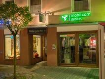 Mobilcom debitel商店在晚上 免版税库存照片