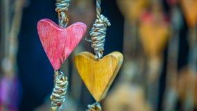Mobile accrochant en forme de coeur en bois photographie stock
