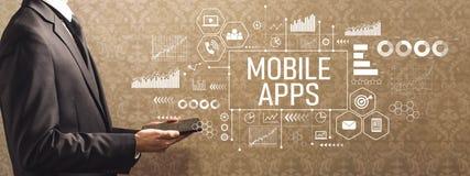 Mobile Apps mit dem Geschäftsmann, der einen Tablet-Computer hält lizenzfreie stockfotografie