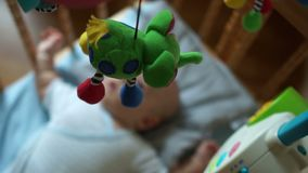 Mobile dans la huche pour le bébé Le jouet coasse au-dessus de l'enfant se situant dans la huche Jouets pour des nouveaux-nés, jo banque de vidéos