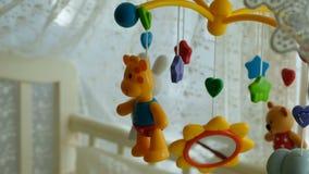 Mobile de bébé avec différents jouets sous forme d'animaux et d'étoiles, au-dessus du lit de bébé clips vidéos