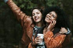 Mobile de voyage d'amis Photos libres de droits