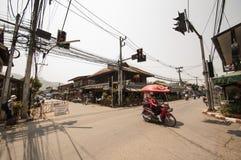 Mobile delle pareti gelato i passaggi del venditore un incrocio calmo sulla sua motocicletta in Pai immagini stock