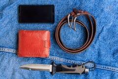 Mobile, ein Messer, ein Gurt, eine Geldbörse Lizenzfreie Stockbilder
