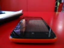 Mobile en café rouge image libre de droits