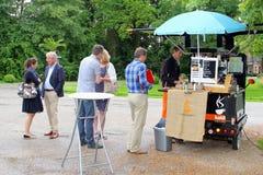 Mobile nehmen kleines Auto des Kaffeegeschäfts, die Niederlande weg Lizenzfreie Stockfotografie