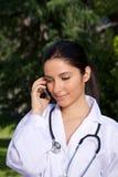 Mobile parlant de femme de docteur Photos libres de droits
