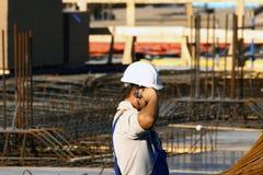 Mobile parlante su una costruzione Fotografia Stock Libera da Diritti