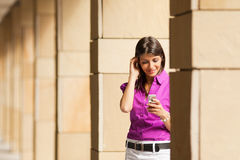 mobile phone using woman Στοκ φωτογραφίες με δικαίωμα ελεύθερης χρήσης