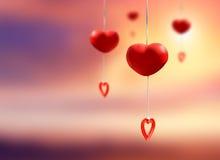 Mobile rouge de coeur fait à partir de l'argile en céramique accrochant sur le backgro blanc Images libres de droits