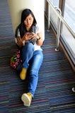 Mobile thaïlandais de jeu de femme à l'aéroport international de Don Mueang Photo libre de droits