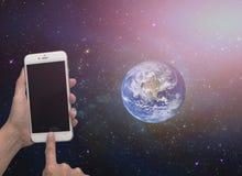 mobilen i hand ut sid världen royaltyfri foto