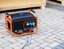 Mobiler Benzin-Generator auf der Baustelle Stockfotos