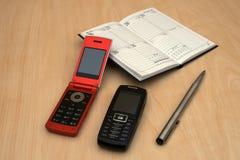 Mobiles e penna del calendario Fotografia Stock