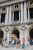 Mobiles Les Plaies, junge Blaskapelleshow auf Paris-Operngebäude Dutzende Buskers führen an den Straßen in der Metro in Paris, Fr Lizenzfreies Stockbild