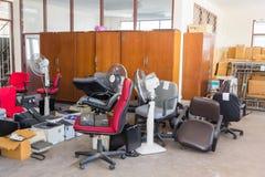 Mobili d'ufficio abbandonati Immagini Stock