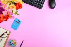 Mobili d'ufficio piani di disposizione su uno scrittorio di carta rosa Fotografie Stock Libere da Diritti