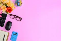 Mobili d'ufficio piani di disposizione su uno scrittorio di carta rosa Fotografia Stock