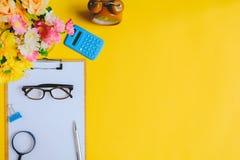 Mobili d'ufficio su uno scrittorio di carta giallo e dorato Fotografia Stock Libera da Diritti