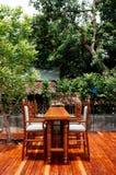Mobili da giardino nel giardino, nella tavola di legno e nelle sedie Immagine Stock