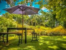 Mobili da giardino in ombra del cortile fotografia stock libera da diritti
