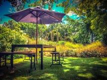 Mobili da giardino in ombra del cortile nei colori d'annata immagini stock libere da diritti